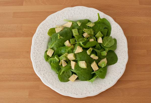 Colocar las espinacas en un plato y, sobre ella, el aguacate
