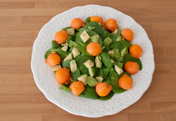 Disponer de forma estética los ingredientes de la ensalada de papaya y aguacate