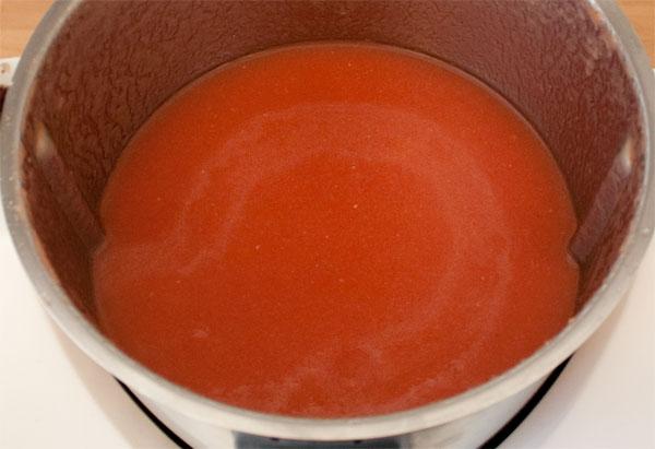 Añadir el aceite al gazpacho de sandía y emulsionar