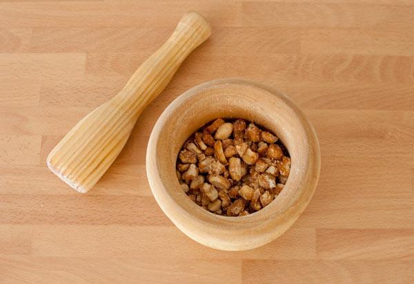 Machacar los cacahuetes en el mortero