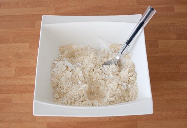 Mezclar el azúcar glas con la almendra molida y tamizada