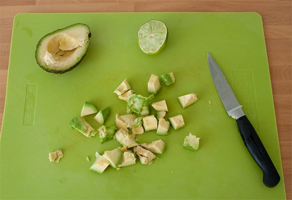 Partir el aguacate de la ensalada y rociar con el zumo de media lima