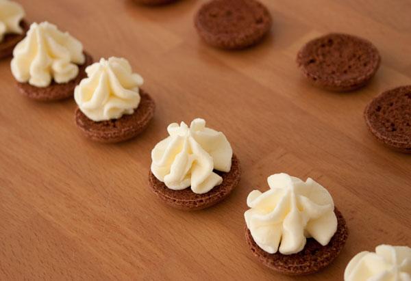 Rellenar los macarons con la mousse de chocolate blanco