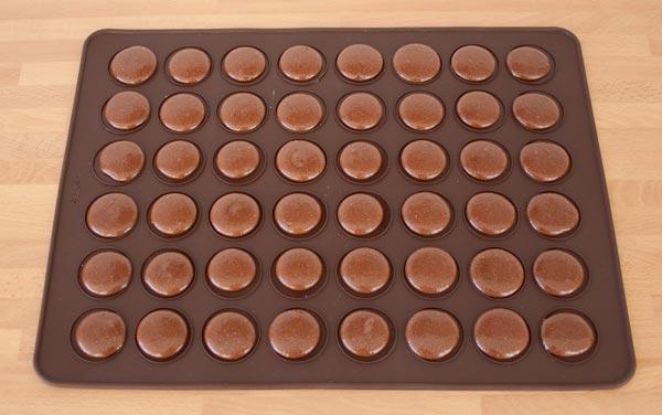 Sobre un tapete de silicona realizar unos botones con la masa de los macarons