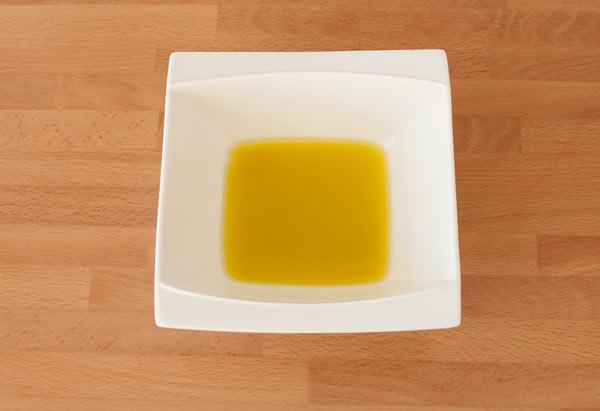 Preparar la vinagreta y aliñar la ensalada de papaya y aguacate