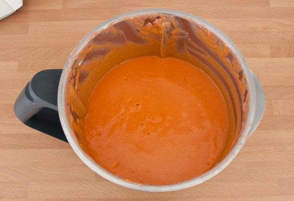 Añadir el aceite de oliva poco a poco y triturar de nuevo