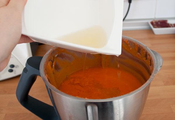 Calentar la gelatina ya hidratada y agregarla al salmorejo