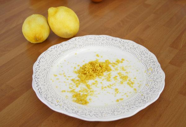 Rallar la piel de dos limones