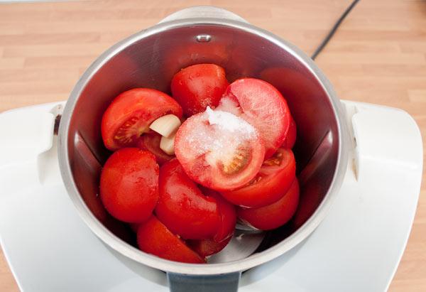 Triturar los tomates finamente junto con el ajo y la sal