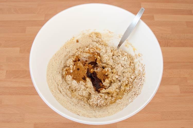 Agregar el resto de ingredientes de las galletas de avena y plátano veganas