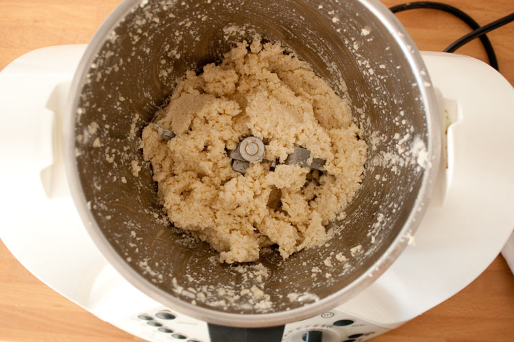 Triturar la almendra y el ajo para hacer ajoblanco malagueño