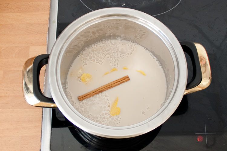 Calentar la horchata junto con la canela y el limón