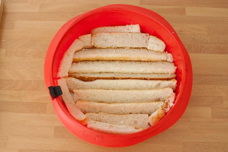 Colocar los fartons en el fondo del molde de la tarta y remojar con la horchata y la leche condensada