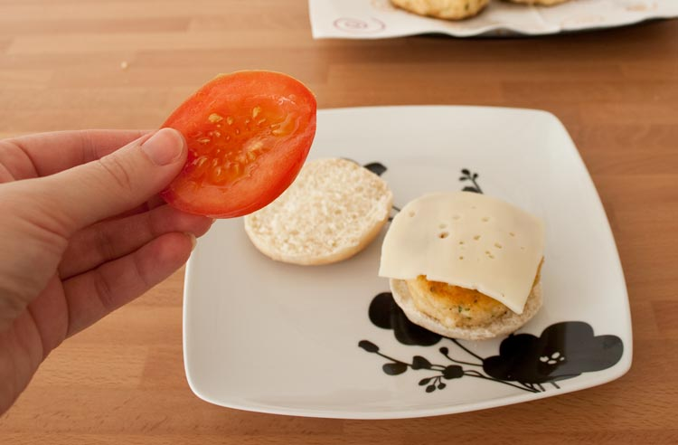 Colocamos las hamburguesas sobre el pan y añadimos el resto de ingredientes