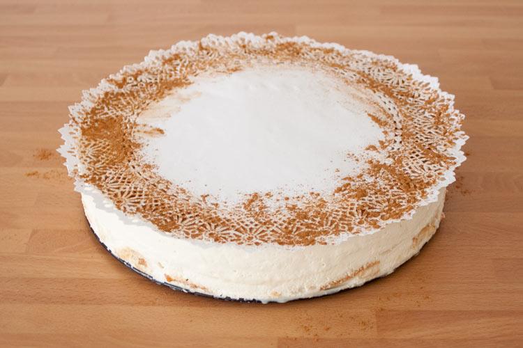 Reposar en la nevera y decorar la tarta de horchata y fartons con canela en polvo