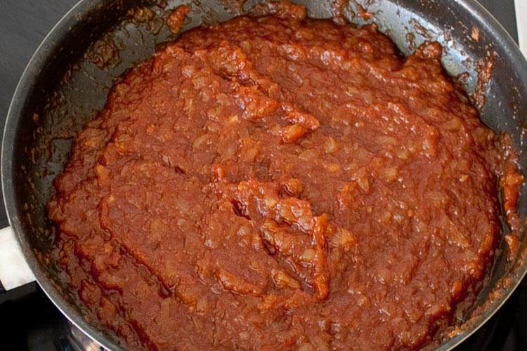 Dejar reducir la salsa barbacoa casera