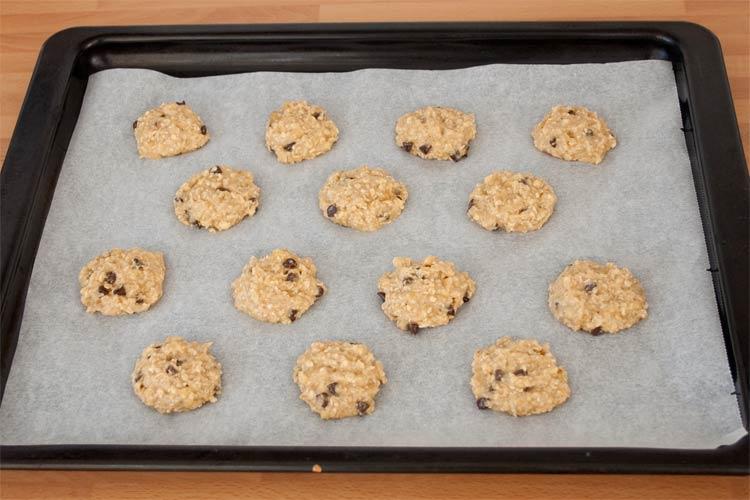 Formar galletas de avena y plátano y colocarlas en la placa del horno