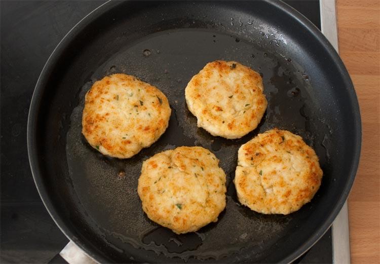 Freír las hamburguesas de pollo caseras con un poco de aceite