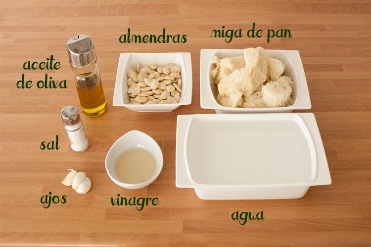Ingredientes para hacer la receta tradicional del ajoblanco malagueño