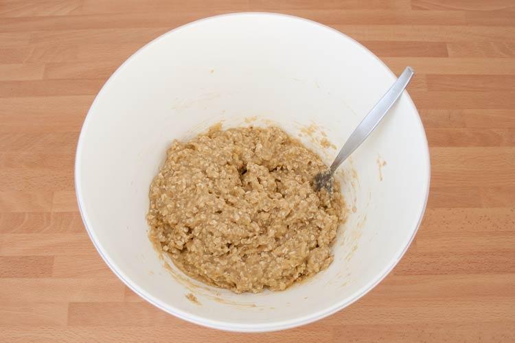 Mezclar los ingredientes hasta obtener una masa de galletas de avena y plátano veganas
