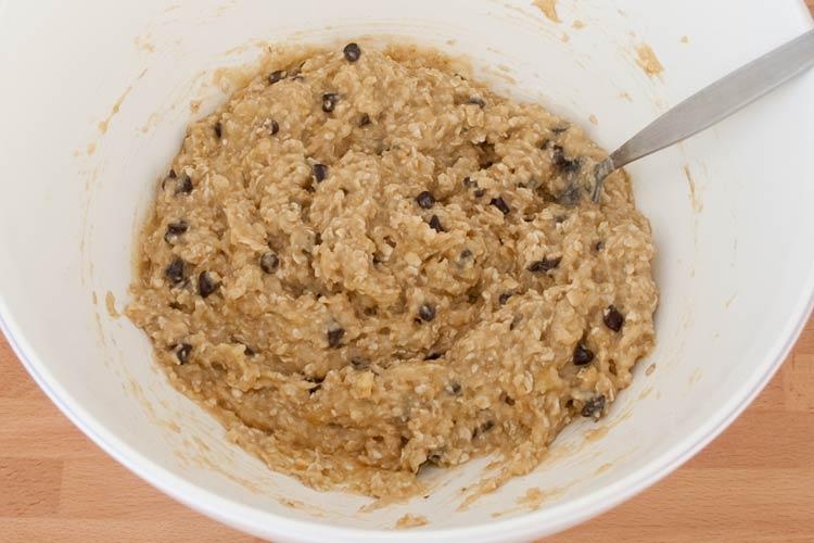 Añadir las pepitas de chocolate a las galletas de avena y plátano veganas