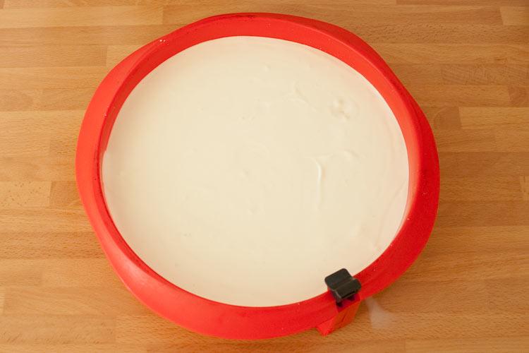 Verter la crema en el molde para hacer la tarta de horchata y fartons