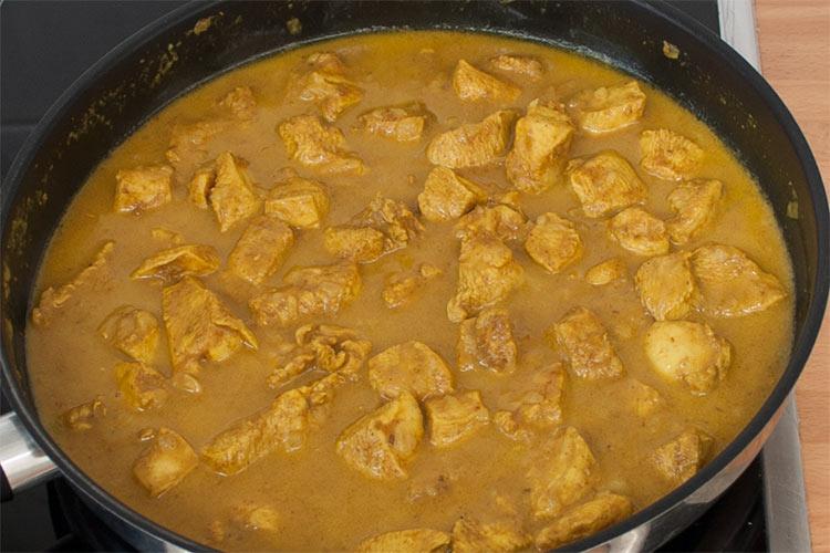 Agregar la leche de coco y dejar reducir la salsa del pollo al curry