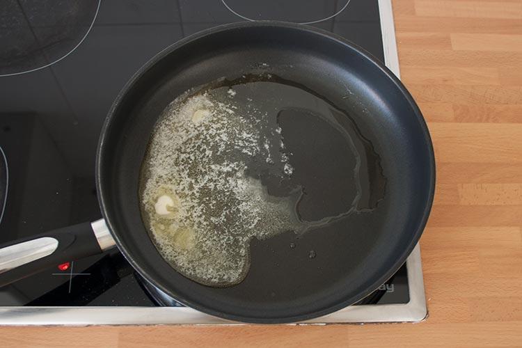 Calentar a fuego medio mantequilla y aceite en una sartén
