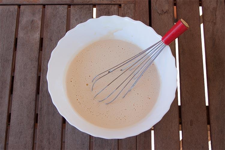 Mezclar los ingredientes húmedos del bizcocho con unas varillas