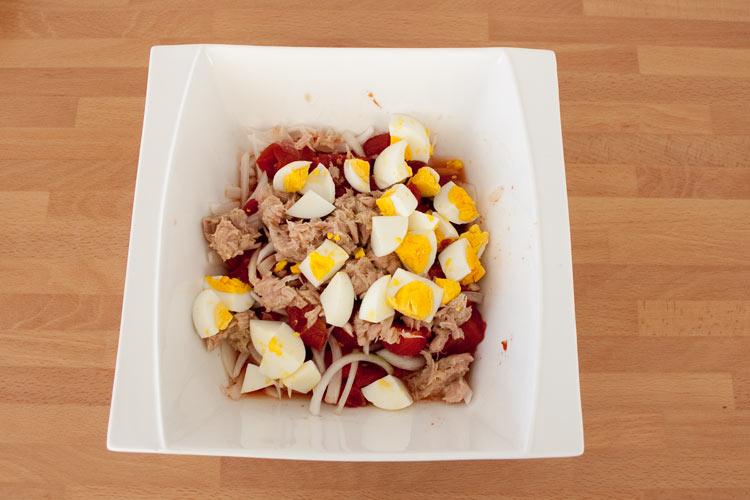 Mezclar los ingredientes de la ensalada murciana