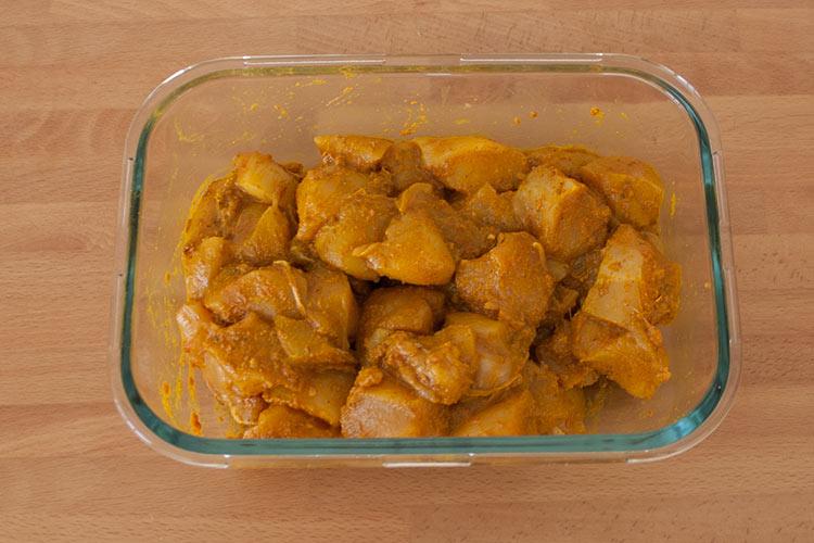 Cubrir el pollo con la mezcla de especias de curry