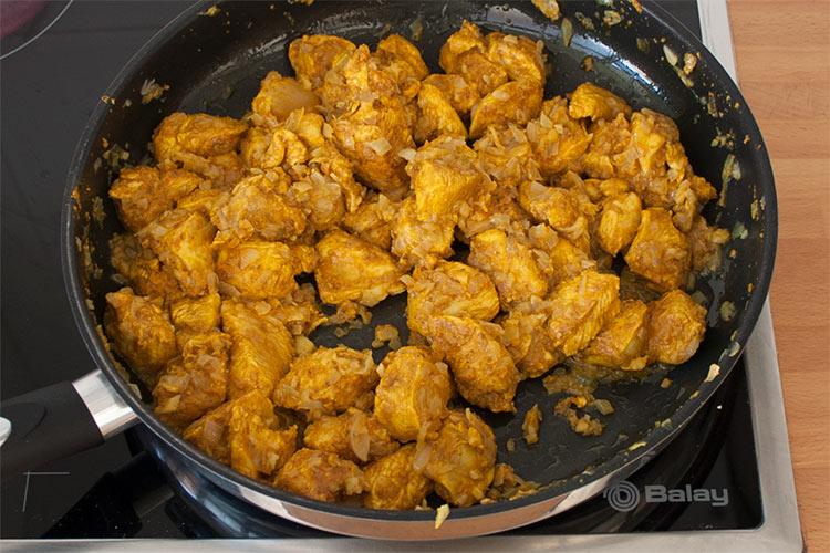 Añadir los trozos de pollo con curry y saltear