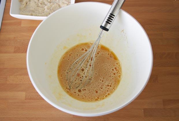 Mezclar el resto de ingredientes del pudin de pan, pasas y nueces