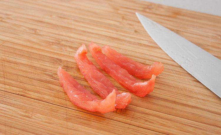 Cortar el tomate en tiras finas