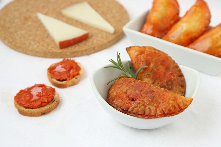 empanadillas de sobrasada, queso y cebolla caramelizada
