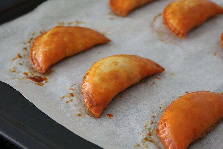 Empanadillas de sobrasada, queso y cebolla caramelizada al horno