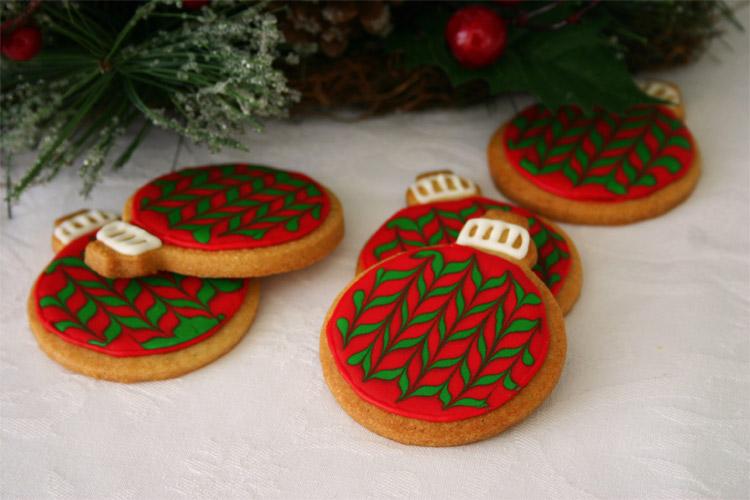 Galletas de mantequilla con forma de bolas de árbol de Navidad