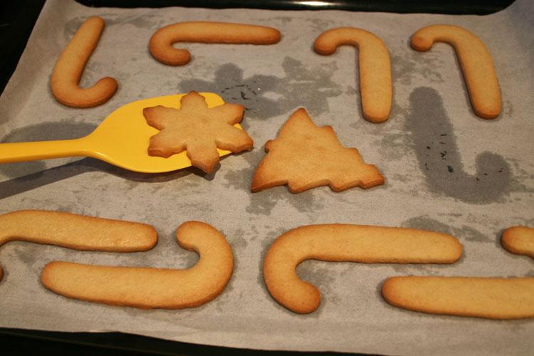 Hornear las galletas y retirarlas con cuidado de la bandeja