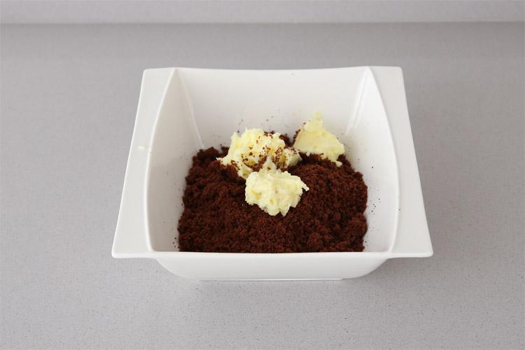 Mezclar la margarina con el azúcar y añadirla al bizcocho desmigado