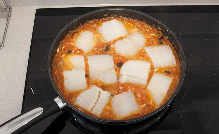 Introducir los trozos de bacalao en la salsa