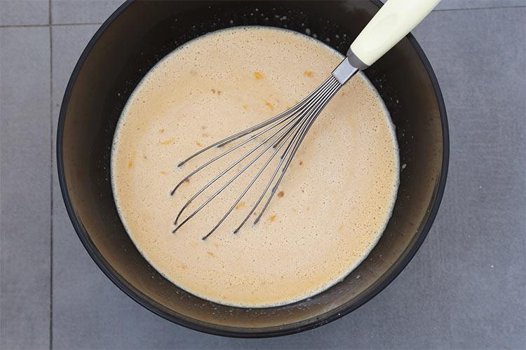 Agregar los huevos y mezclar bien los ingredientes del flan de turrón