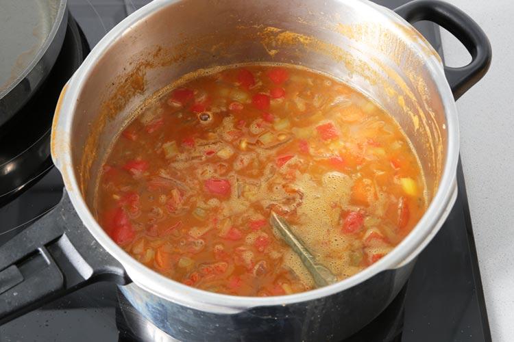 Colar el caldo y agregar las verduras