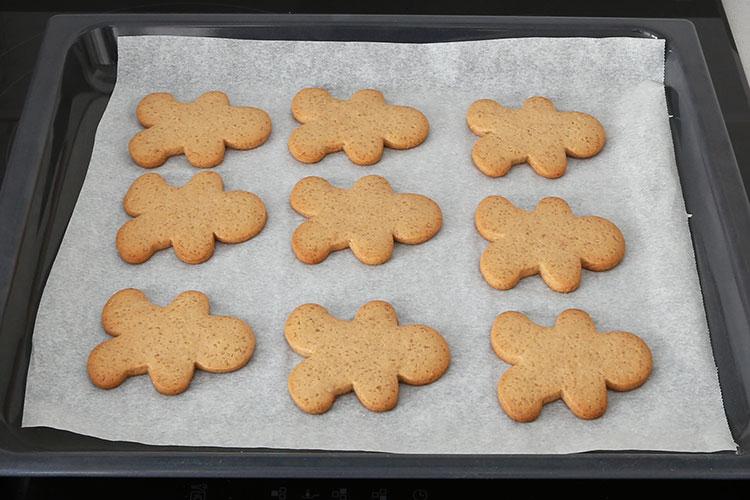 Sacar del horno las galletas de jengibre