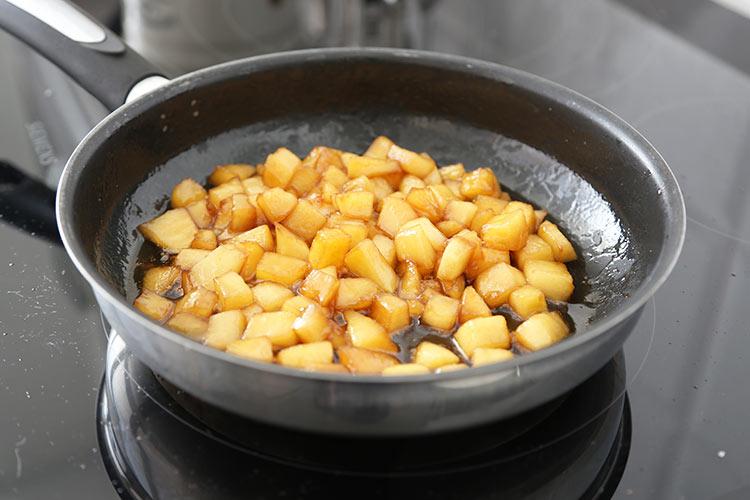Manzana caramelizada con mantequilla y azúcar