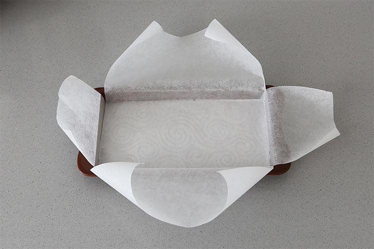 Forrar el molde con papel de horno
