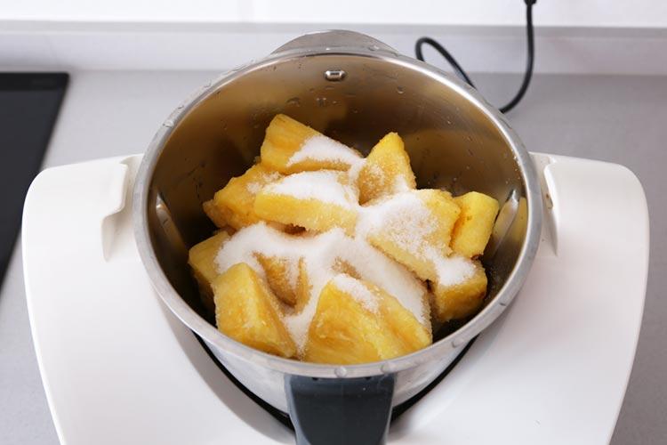 Triturar la piña, el azúcar, el licor y el zumo de naranja