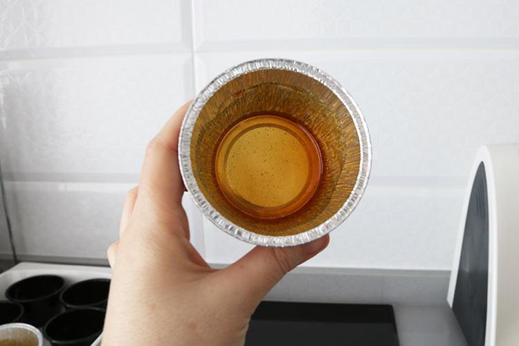 Recubrir los moldes con el caramelo líquido