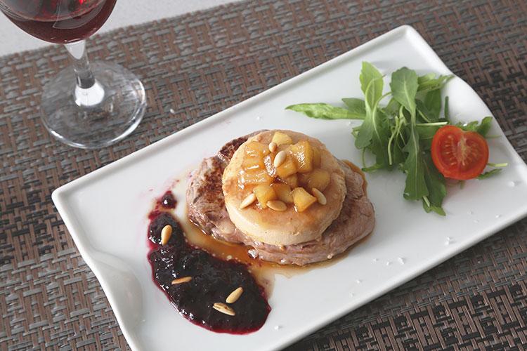 Emplatar el solomillo con el foie, la manzana caramelizada y la salsa