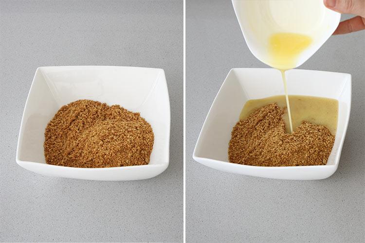 Verter la mantequilla sobre las galletas molidas