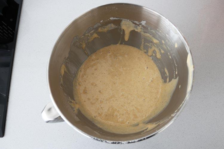 Agregar el turrón triturado y mezclar